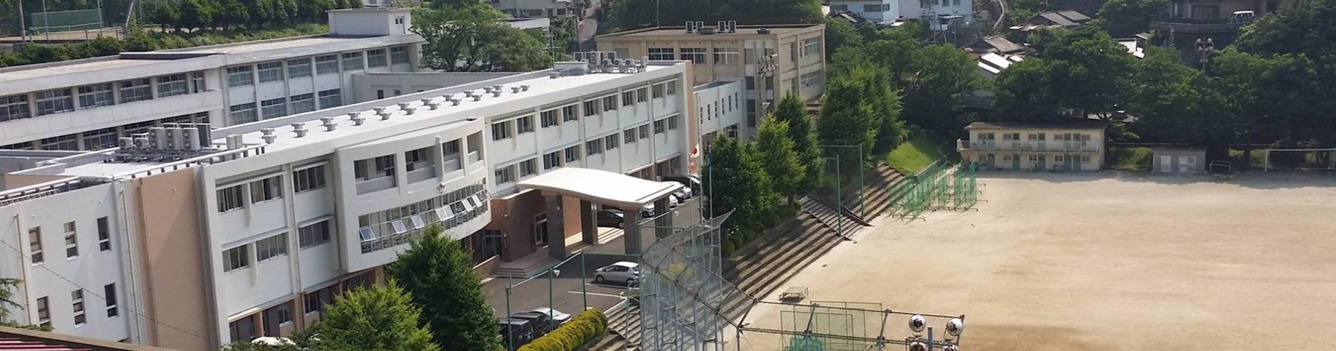 体育館から新校舎を望む